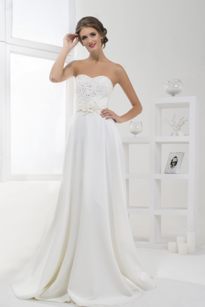 Unser Model trägt ein wunderschönes Brautkleid in weiß