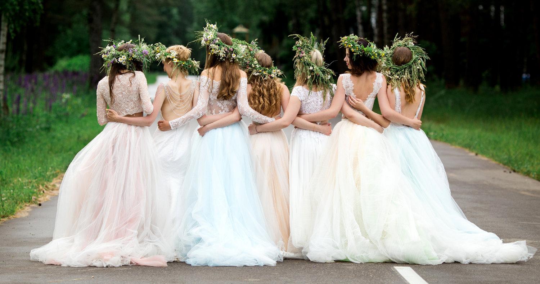 Brautmode 75015 Bretten. Auf diesem Bild sieht du 7 Bräute mit wunderschönen Brautkleidern. Für jede Frau ist ein Brautkleid dabei. Bei Brautmode Knittlingen findest du eine große Auswahl an preiswerten Brautkleidern. Außerdem bietet dir Brautmode Knittlingen auch Abendkleider wie z.B. Abiballkleider oder Standesamtkleider.