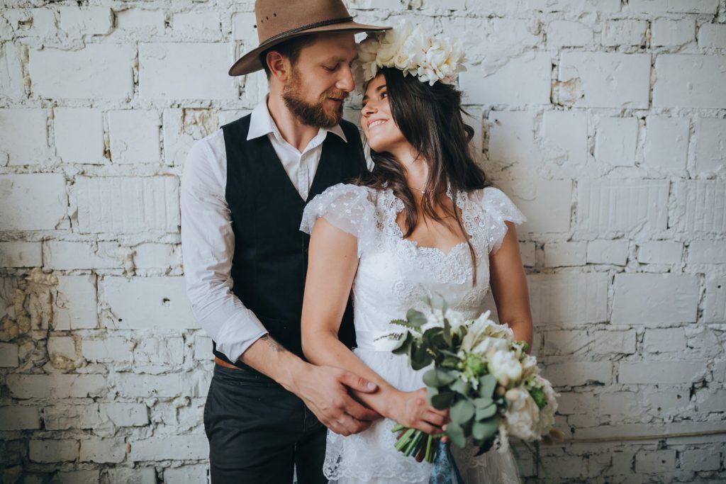 Brautmode in 75015 Bretten. Brautmode Knittlingen bietet euch eine große Auswahl an Vintage Brautmode. Auf diesem Bild sieht du eine glückliche Braut. Wir möchten euch das beste Erlebnis verschaffen und möchten dich an deinem Tag strahlen sehen.