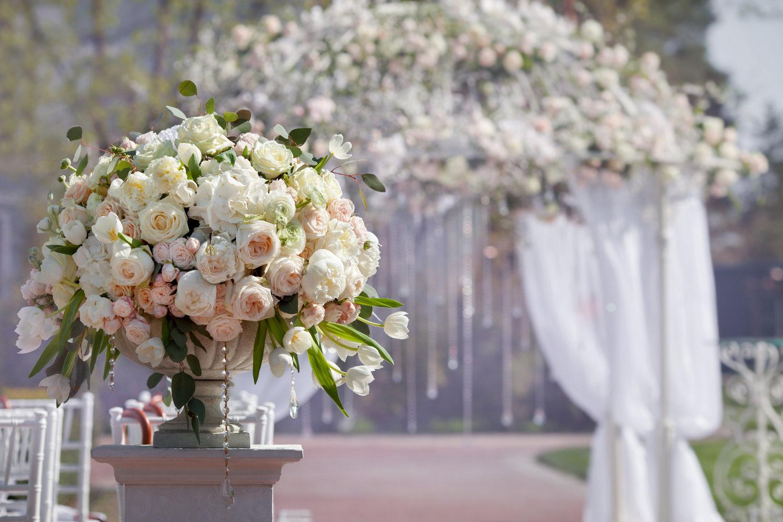 Brautmode Knittlingen, die Braut freut sich sehr über den wunderschönen Rosenbogen